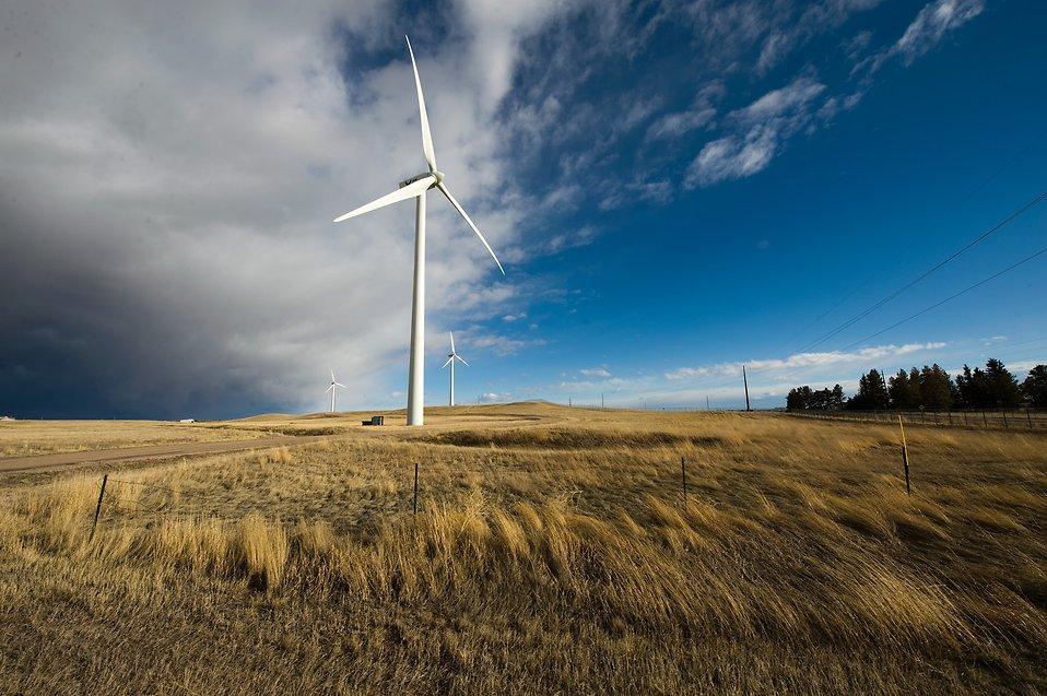 14724-a-wind-turbine-in-a-field-pv